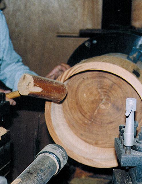 Lavorazione fusto Zelkova in legno massello